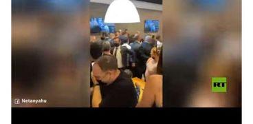 أفراد حراسة نتنياهو يؤمنون خروجه من المطعم عقب سقوط صاروخ في بئر سبع