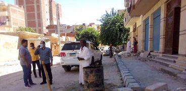 وجيه عبدالرازق رئيس مدينة مرسى مطروح خلال متابعته مشروعات بنية تحتية بشوارع المدينة