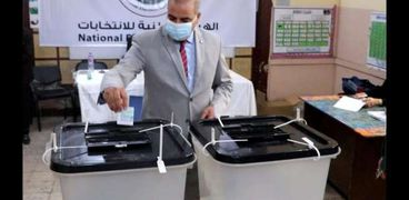 رئيس جامعة الأزهر يدلي بصوته