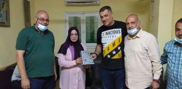 تكريم مديرة مدرسة عمر مكرم في دكرنس