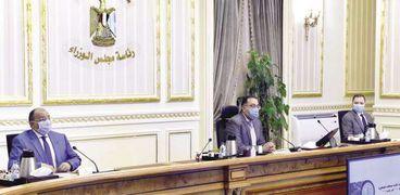 رئيس الوزراء خلال اجتماعه بعدد من الوزراء