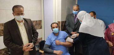 رضا عرفات رئيس قسم الصيانة أثناء تلقي اللقاح