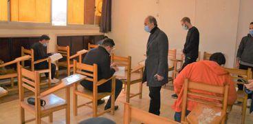 رئيس جامعة الزقازيق يتفقد سير الامتحانات بكليتي الصيدلة والعلوم