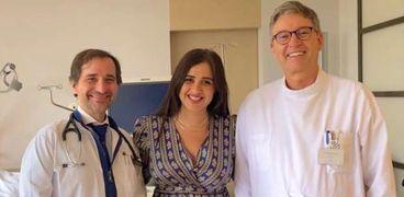 ياسمين عبدالعزيز تتوسط أطباءها المعالجين