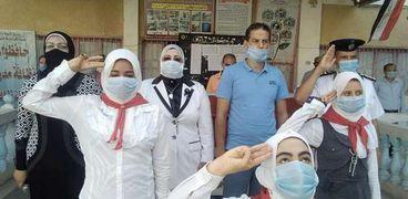 صورة لطلاب إحدى المدارس أثناء ارتداء الكمامة