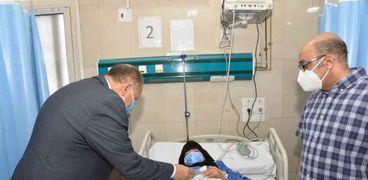محافظ أسيوط يزور عدد من المستشفيات لتهنئة المرضى بعيد الفطر المبارك وتقديم الهدايا لهم