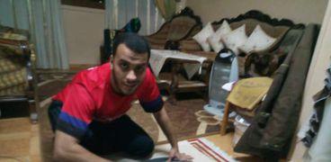 «محمود» يكوي الملابس