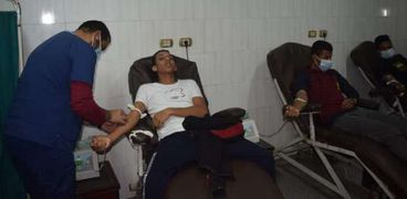 متبرعين بالدم للمصابين داخل مستشفي سوهاج الجامعي