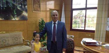 """رئيس جامعة كفر الشيخ مع بطلة """"الجمباز"""""""