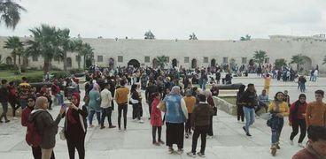 توافد العشرات لزيارة قلعة قايتباي الأثرية فى الإسكندرية