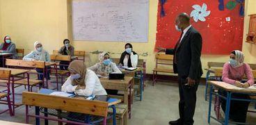 وكيل تعليم الفيوم يتفقد الامتحانات التجريبية لطلاب الثانوية العامة