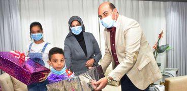 محافظ أسوان يستقبل أسرة المهندس علي أبو القاسم لتقديم الدعم والمساندة