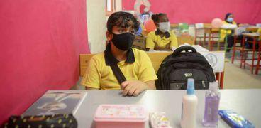 التلاميذ يلتزمون بارتداء الكمامات الطبية داخل الفصول خلال الفصل الدراسي الاول