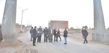 محافظ أسيوط يتفقد أعمال إنشاء بوابتين لمدخل طريق الدير المحرق وأعمال رصف طريق كاروت/مير بطول 4.2كم