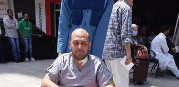 الدكتور محمود سامي قنيبر الذي فقد بصره
