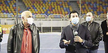 «صبحي» يتفقد إحدى صالات البطولة داخل استاد القاهرة