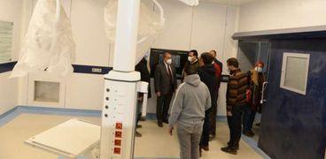 رئيس جامعة أسيوط يتابع تركيب كبسولات العمليات بالمستشفى الجامعي للإصابات والطوارئ الجديد