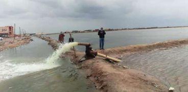 بعد استقرار الجو.. بلطيم تستعين بـ« طلمبات وماكينات ري» رفع مياه الأمطار