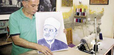 «عمرو» يمارس التفصيل والرسم فى المحل