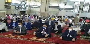 أهالي الشرقية يؤدون صلاة عيد الفطر بالمساجد.. وآخرون يلجأون لأسطح المنازل