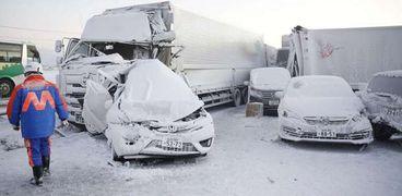 عاصفة ثلجية تضرب اليابان وتتسبب في اصطدام 130 سيارة