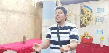 """مدحت محمد أثناء غنائه احدى أغانى """"عبد الحليم حافظ"""""""