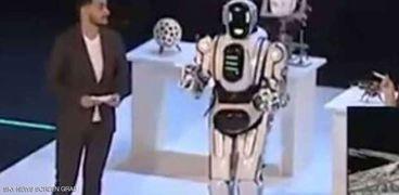 روبوت روسي متطور جداً.. اكتشفوا أنه رجل حقيقى في الداخل