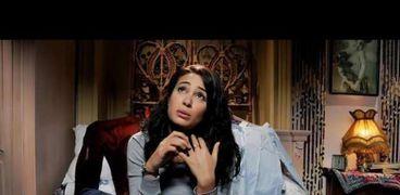 الفنانة هند صبري في مشهد من مسلسل «عايزة أتجوز»