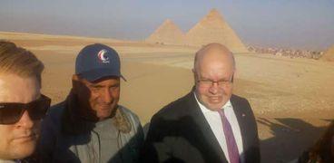 وزير الطاقة الالمانى خلال زيارته للأهرامات
