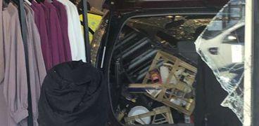 سيارة تقتحم محل لملابس المحجبات