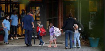 طلاب في ألمانيا يذهبون إلى المدرسة