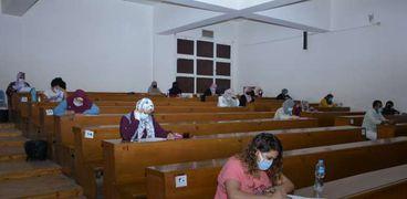 طلاب التعليم المدمج جامعة القاهرة أثناء اداء الامتحانات