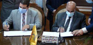 رئيس جامعة المنيا يوقع البرتوكول مع تعليم الكبار