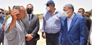محافظ المنيا يتابع مشروعات حياة كريمة