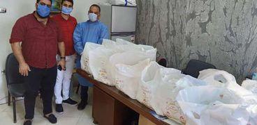 سوري يوزع 50 وجبة على الأطباء