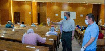 رئيس جامعة السويس  يتفقد امتحان الفصل الدراسي الثاني