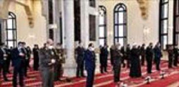 الرئيس السيسى وعدد من كبار رجال الدولة أثناء صلاة الجمعة بمسجد المشير