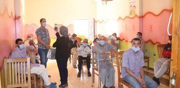 «التضامن»: تطعيم 180 مسنا بلا مأوى بلقاح كورونا في الشرقية