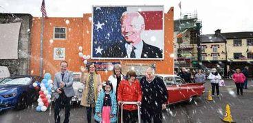 احتفال سكان بلدة بالينا في إيرلندا بفوز بايدن