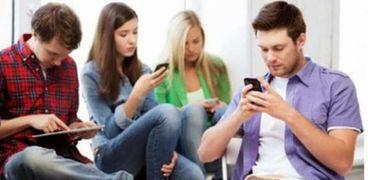 الأشخاص اعتادوا على استخدام الهاتف بساعات عديدة يوميا