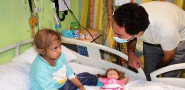 الفنان محمد سلام مع طفلة مريضة