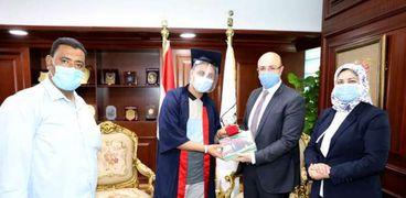 محافظ بني سويف يكرم أول الجمهورية في الثانوية العامة ويمنحه درع التفوق