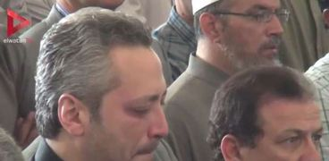 بالفيديو| انهيار تامر أمين بالبكاء أثناء صلاة الجنازة على والده الإعلامي أمين بسيوني