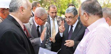د محمد شاكر وزير الكهرباء مع قيادات شركة شمال القاهرة لتوزيع الكهرباء