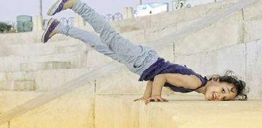 «منة الله» تلعب جمباز فى أحد شوارع مركز جرجا بسوهاج