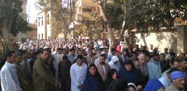 أهالي قرية عزبة المعداوي بالمنوفية يشيعون جثمان أمين الشرطة المذبوح