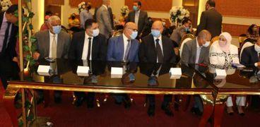 محافظ القاهرة يوزع أجهزة على العرايس