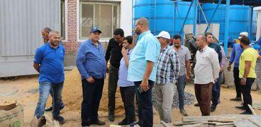 المهندس رجب السعيد جبر رئيس شركة مياه الشرب والصرف الصحى بالمنيا خلال جولتة بمحطات المياه والصرف
