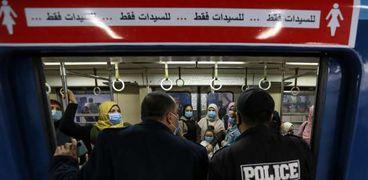 إحدى حملات الأمن على عربات القطارات لإلزام جميع الركاب بارتداء الكمامات الطبية - صورة أرشيفية