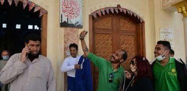 شباب المطرانية يعلقون زينة رمضان بمسجد الكوثر
